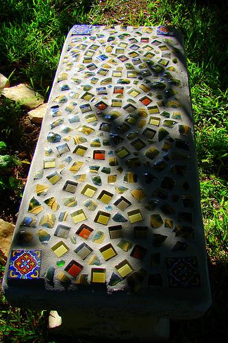 садовая мозаичная скамья