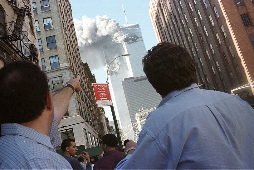 В 8:46 утра первый самолет на скорости около 750 км/ч  врезался в северную башню Всемирного торгового центра, между 93 и 99 этажами. На борту лайнера  был 81 пассажир и 11 членов экипажа. В результате столкновения в башне были полностью перекрыты все выходы из здания выше удара —  в ловушке оказались 1344 человека