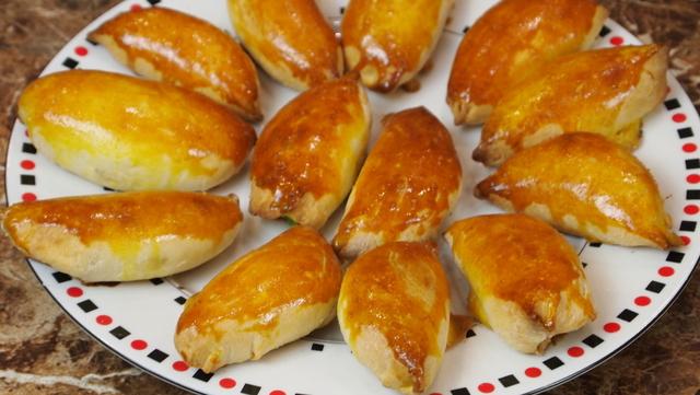 Фото к рецепту: Сырные пирожки с рыбой