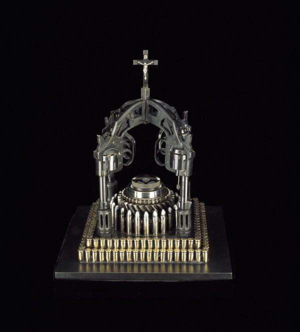 Архитектура религии из оружия и пуль