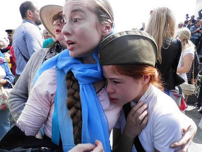 Девочку, униженную нацистами…