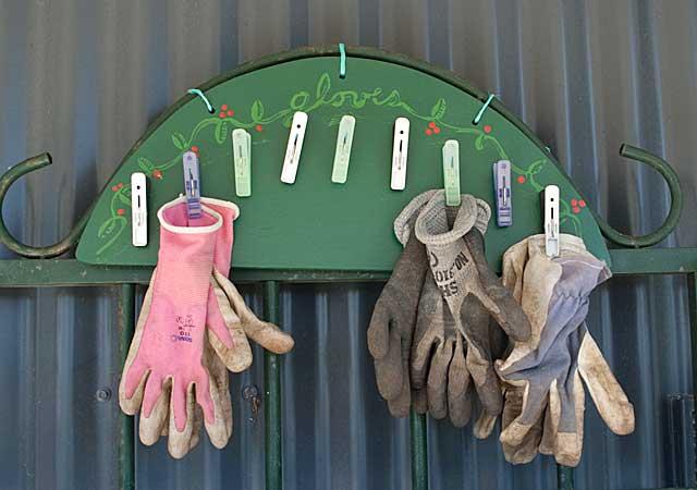 садовая вешалка для перчаток и одежды