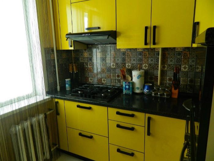 Яркая кухня в желто-черных оттенках.