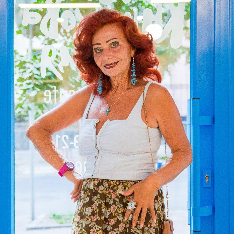 70-летняя пенсионерка ведет активную ночную жизнь, молодежь ей позавидует