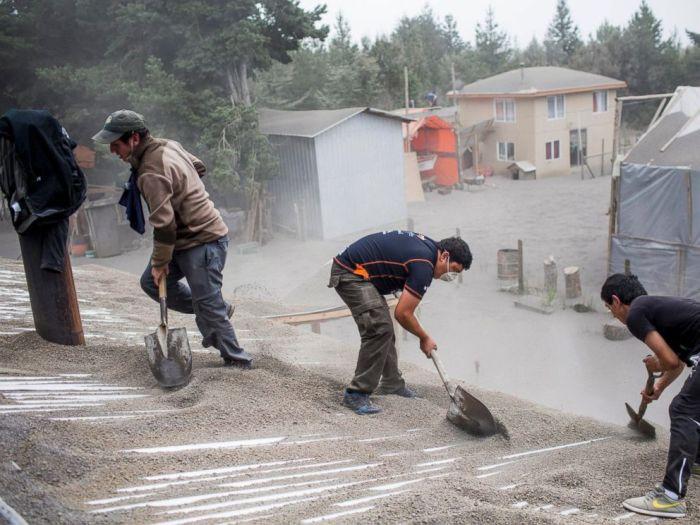 В Чили толстый слой вулканического пепла покрыл населенные пункты близ Кальбико, вулкан, чили
