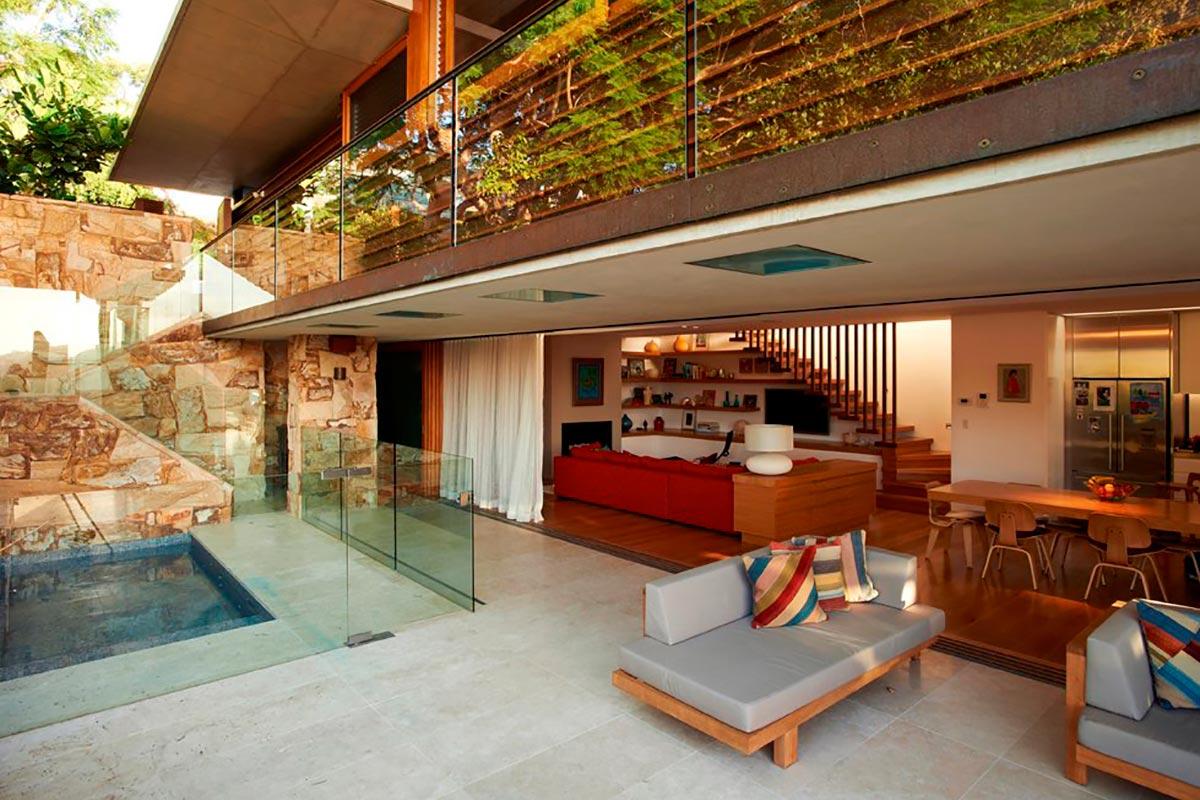 Современный частный дом на прибрежном склоне