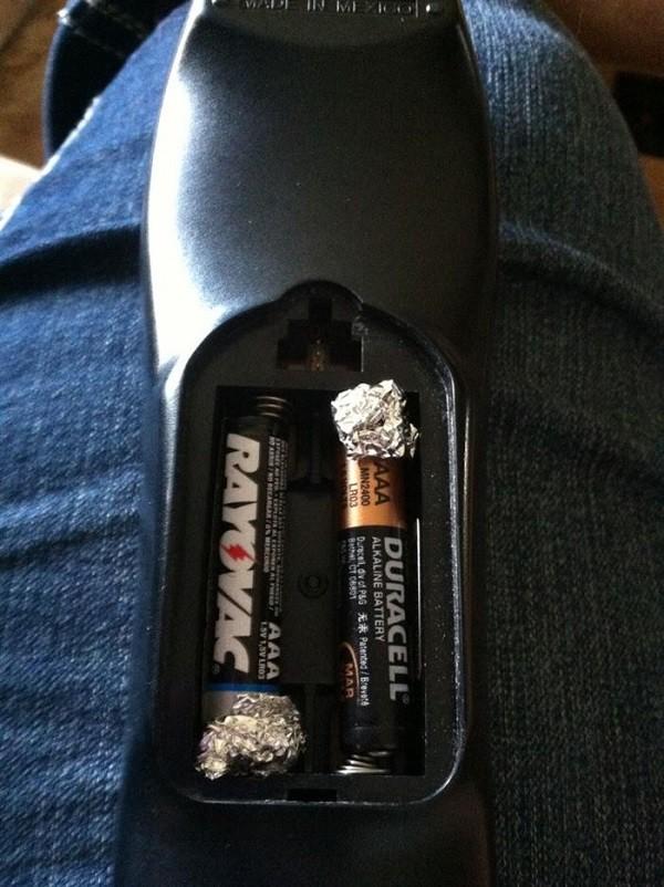 4. Использование фольги на '+' в конце батарейки совет, фольга, хитрость