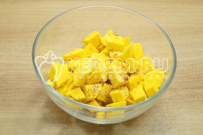 Нарезать небольшими кубиками и сложить в миску. Добавить 1 ст. ложку сахара и корицу, перемешать.
