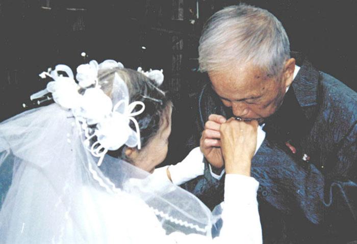2. 70 лет спустя, они решили воссоздать свои свадебные фотографии. В этом деле им помогли дети. За все время совместной жизни у пары родилось четыре ребенка.