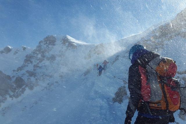 В горах Карачаево-Черкессии три туриста попали в трещину на леднике