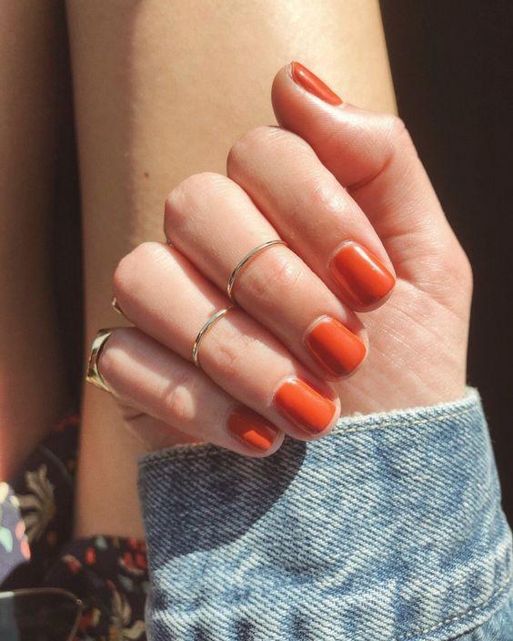 Девушка с коралловыми ногтями