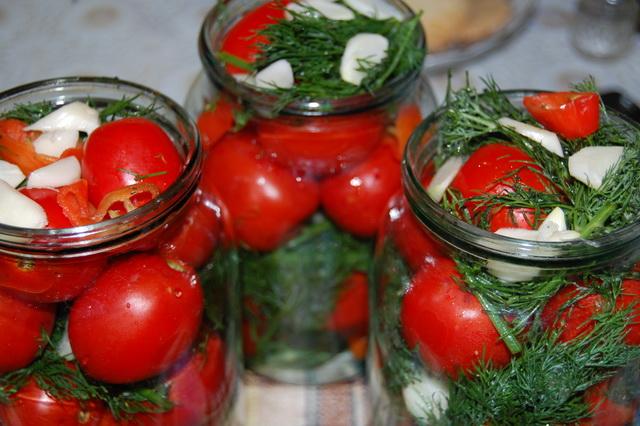 Красивые консервированные помидоры в банке