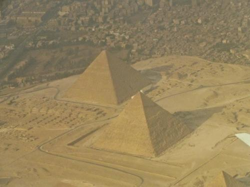 Одна из самых распространенных теорий о том, каким образом были построены пирамиды, не исключает вмешательство внеземных цивилизаций.