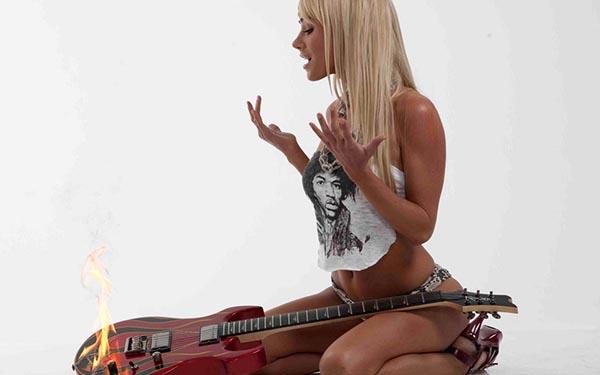 golie-telki-s-gitarami