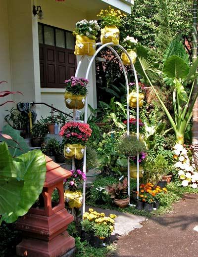 красивый сад - арка с кашпо
