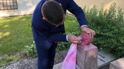 Пресс-секретарь президента Чехии очистил оскверненный памятник красноармейцам в Праге