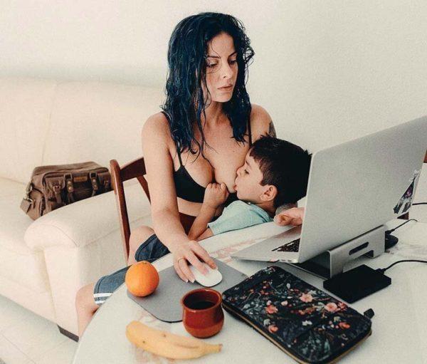 Мать, которая кормит грудью …