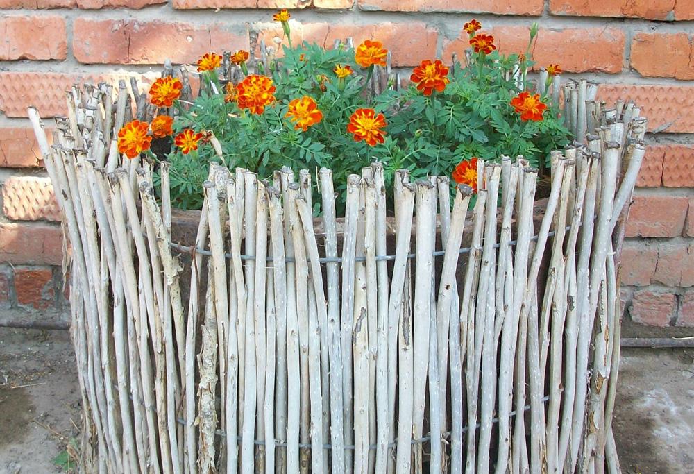 Забор для цветника своими руками из подручных материалов