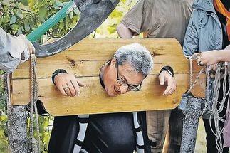 За решеткой экс-губернаторы забывают о дворцах и просят хотя бы веник