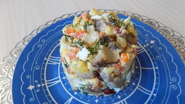 Фото к рецепту: Салат из селедки с картофелем и яйцами