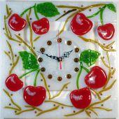 """Настенные часы """"Вишнёвый сад"""" из стекла в технике фьюзинг"""