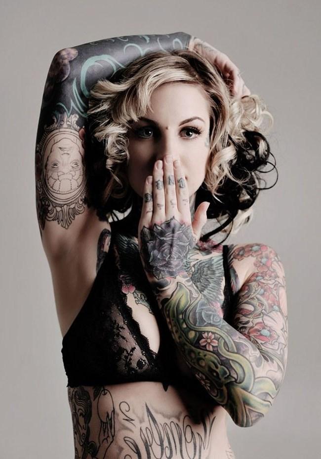 Девушки вся в татуировках