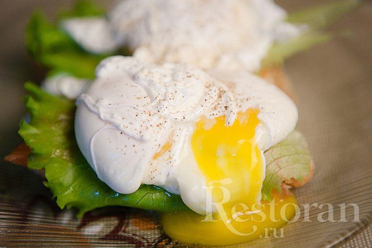 Яйца-пашот на брускетте с копченой семгой