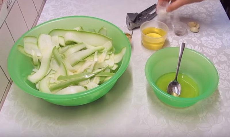 Маринованные кабачки — хит этого лета: легкая и простая закуска