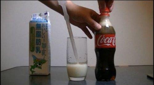 Экспериментальный уголок: в Кока-Колу добавляем молоко