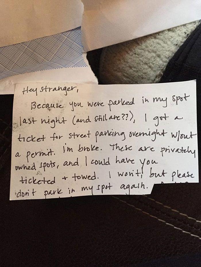 Женщина оставила записку владельцу машины, укравшему её парковочное место, и получила неожиданный ответ