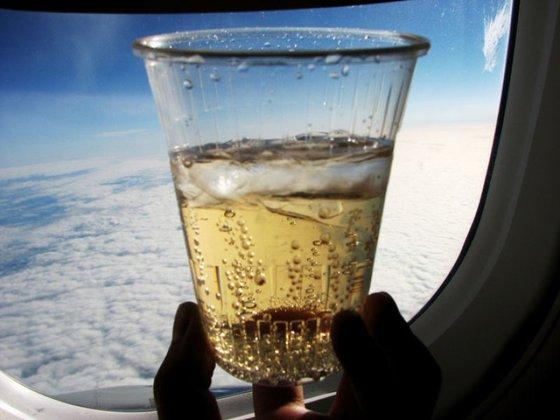 После трагедии A321 россияне стали крепче выпивать перед полетом