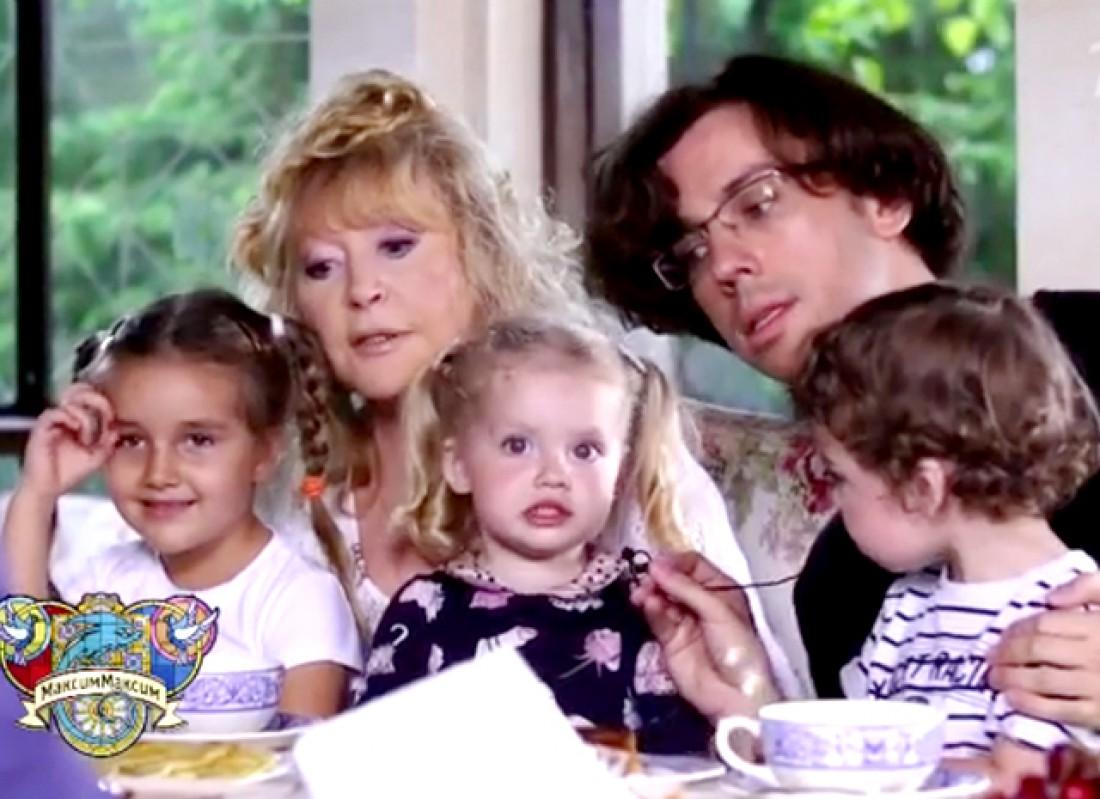 На фото сверху маленькие Алла и Максим, снизу - Гарри и Лиза