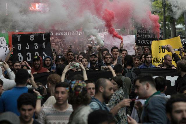 Международные эксперты критикуют Грузию и предрекают ей политический кризис