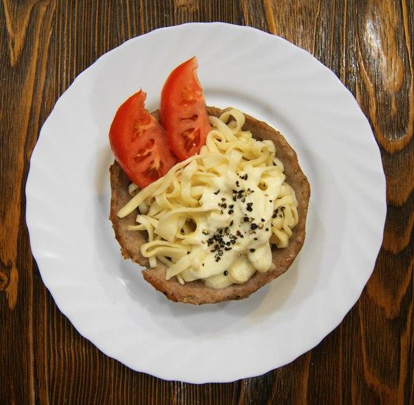 Домашняя лапша в мясной тарелке под сырно - сметанным соусом