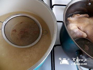 Для плова необходим куриный бульон. Для этого надо отварить курицу до готовности в подсоленной воде. Курицу подадим к гарниру, бульон же используем для варки откидного риса.