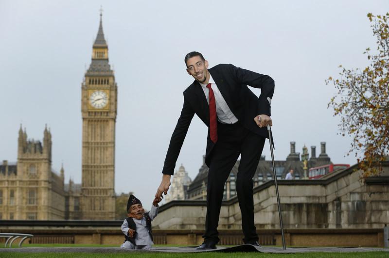 7. Самый высокий и самый маленький человек планеты на одном фото. наш мир, удивительные фотографии
