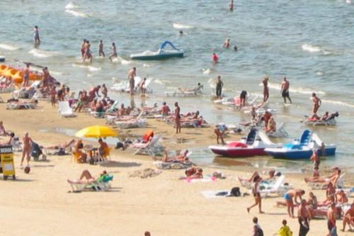 На пляже в Латвии женщина уд…