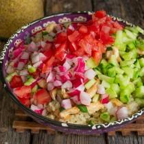 Добавляем в миску нарезанные овощи