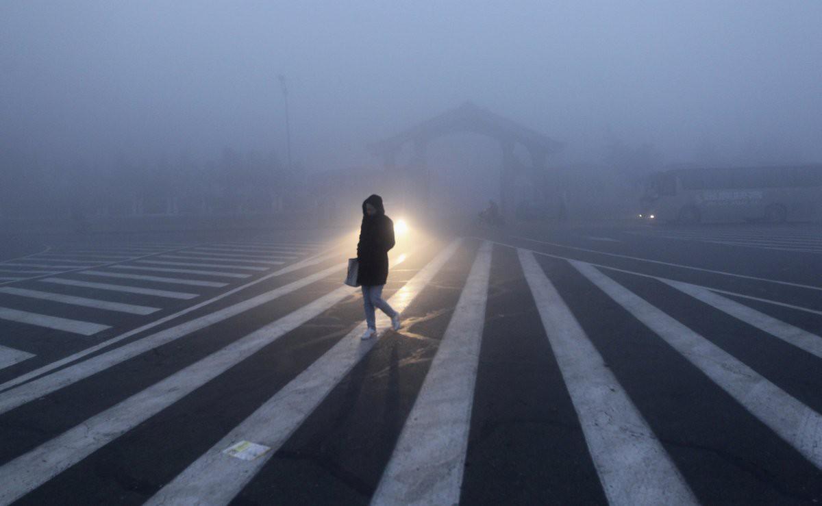 Женщина переходит дорогу в городе Чанчунь загрезнение, китай, природа