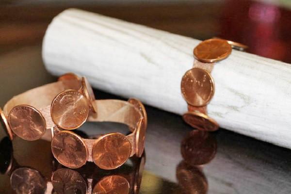 Обклеить монетами кольцо и использовать его как фиксатор для салфеток и праздничных писем — неожиданная идея. дизайн, креатив, монета, украшение