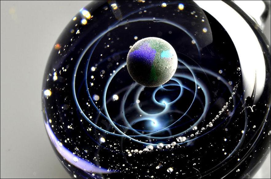 Галактики внутри стеклянного шарика
