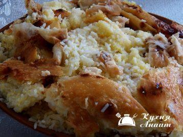 Подавать рис на блюдо горячим, обхватывая вместе с кусками прожаренного лаваша и омлета.