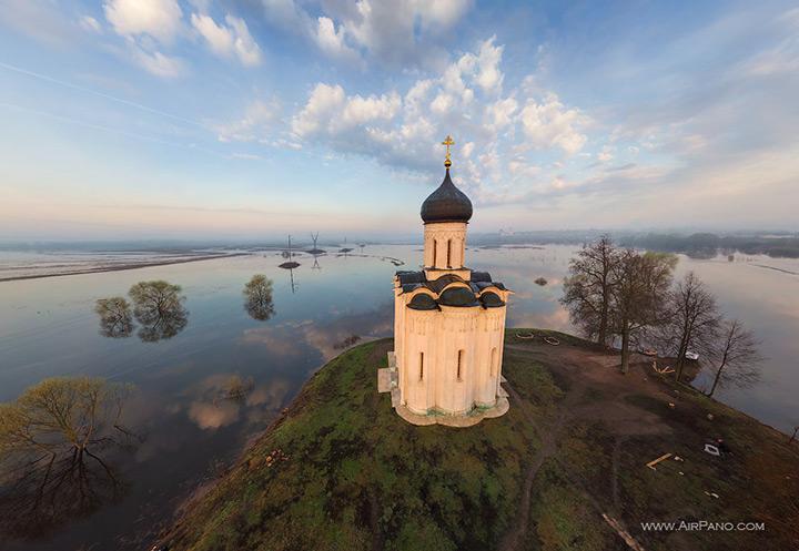 Белокаменный храм Покрова на Нерли во Владимирской области России