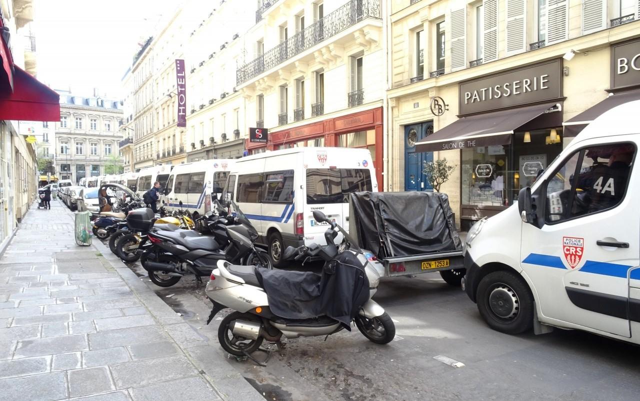 В Париже полиция начала задерживать протестующих