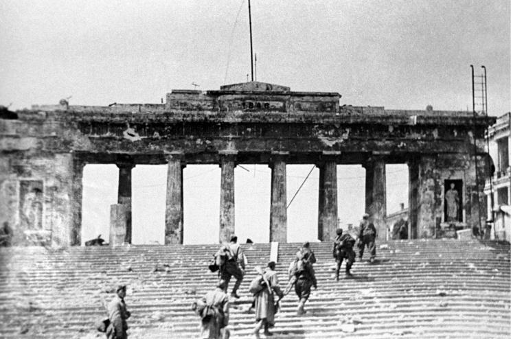 ID: 10632310 Описание: Советский Союз. Севастополь. Бойцы морской пехоты освобождают Графскую пристань. Фотохроника ТАСС