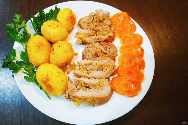 Жаркое из свинины, фаршированное ябоками и клюквой