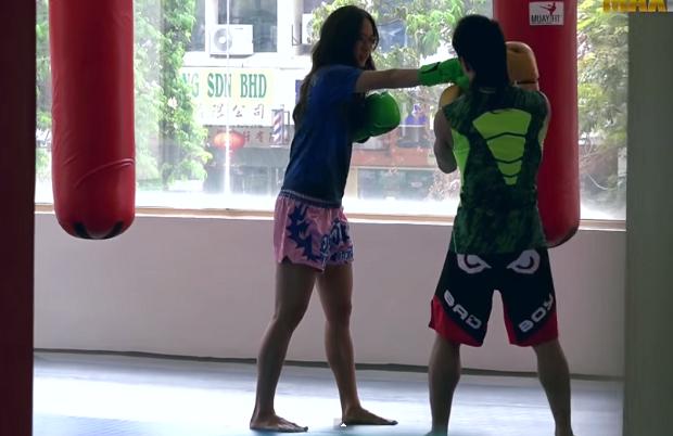 Чемпионка по тайскому боксу притворяется, будто впервые в спортзале