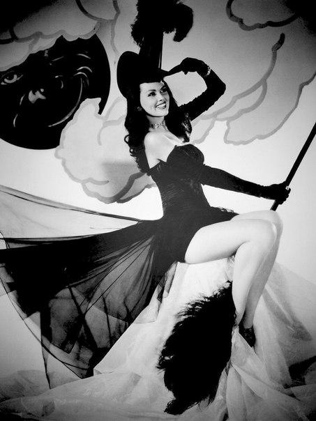 Очаровательная пин-ап ведьмочка Дасти Андерсон.