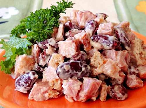 Салат с курицей и фасолью