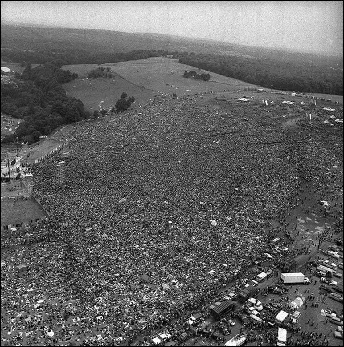 Толпы собираются на первый Вудсток фестиваль, 1969 Историческая фотография, история, факты